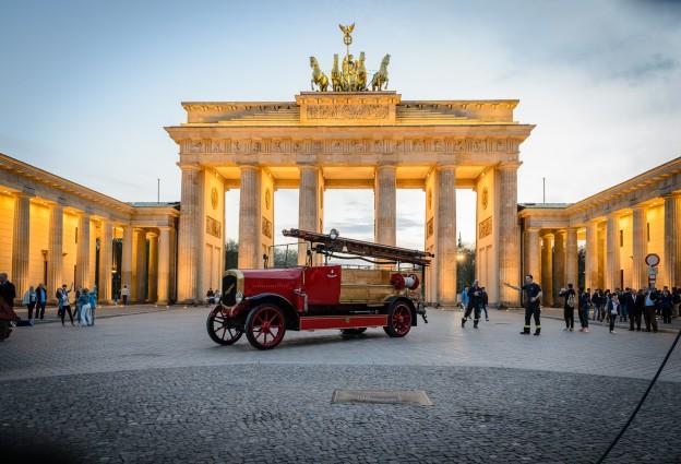 Berlin Brandenburger Tor mit historischer Feuerwehr, (Foto copyright - Frank Weber - Berlin - fotologbuch.de)