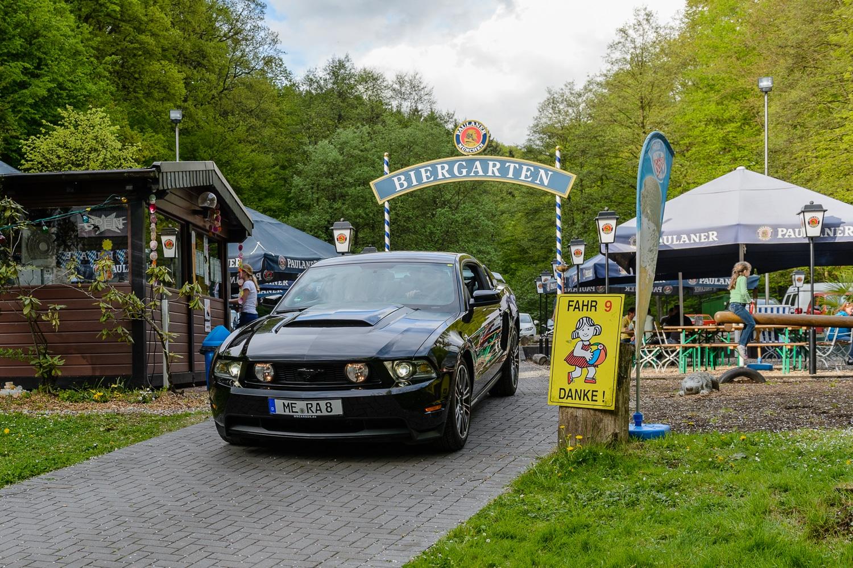 Fotos - Mit dem Ford Mustang durch den Biergarten?, (Foto copyright - Frank Weber - Berlin - fotologbuch.de)