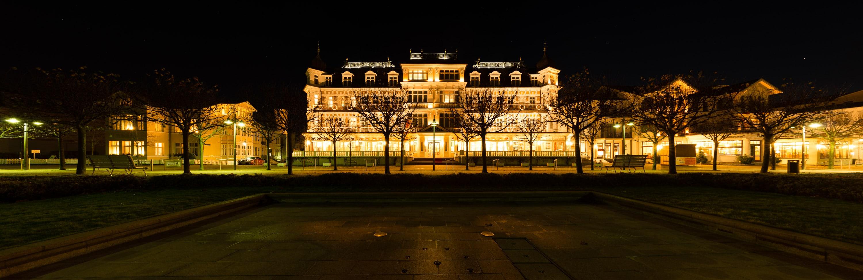 Romantikhotel Ahlbecker Hof - Panorama abends - Plus ein Lichtwert (einfach überbelichtet), (Foto copyright - Frank Weber - Berlin - fotologbuch.de)