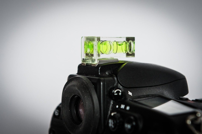 Polaroid Zweiaxen Doppelblasen Wasserwaage waagerecht auf Kamera, (Foto copyright - Frank Weber - Berlin - fotologbuch.de)
