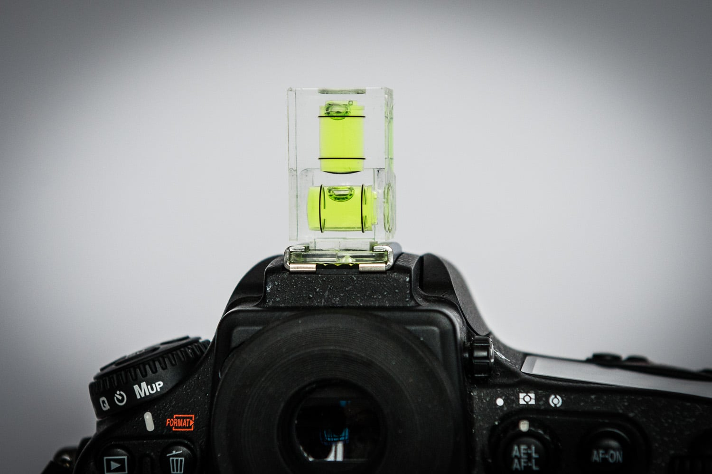 Polaroid Zweiaxen Doppelblasen Wasserwaage senkrecht auf Kamera, (Foto copyright - Frank Weber - Berlin - fotologbuch.de)