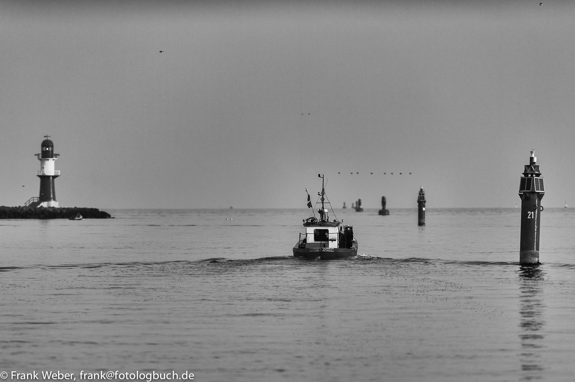 Ausfahrt Fischerboot Hafen Warnemünde mit Leuchtturm, (Foto copyright - Frank Weber - Berlin - fotologbuch.de)