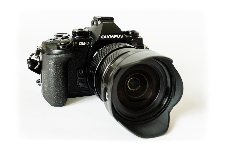 Ansicht von vorn Olympus OM-D - EM1 mit Zuiko 12 - 40mm 2.8, (Foto copyright - Frank Weber - Berlin - fotologbuch.de)