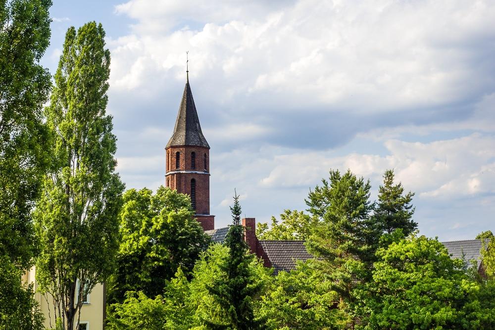 Kirche Wetterhahn Normalansicht 50mm Brennweite, (Foto copyright - Frank Weber - Berlin - fotologbuch.de)