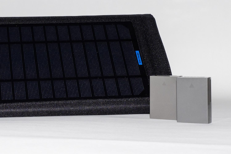 Solarladegerät und Akku OM-D, (Foto copyright - Frank Weber - Berlin - fotologbuch.de)