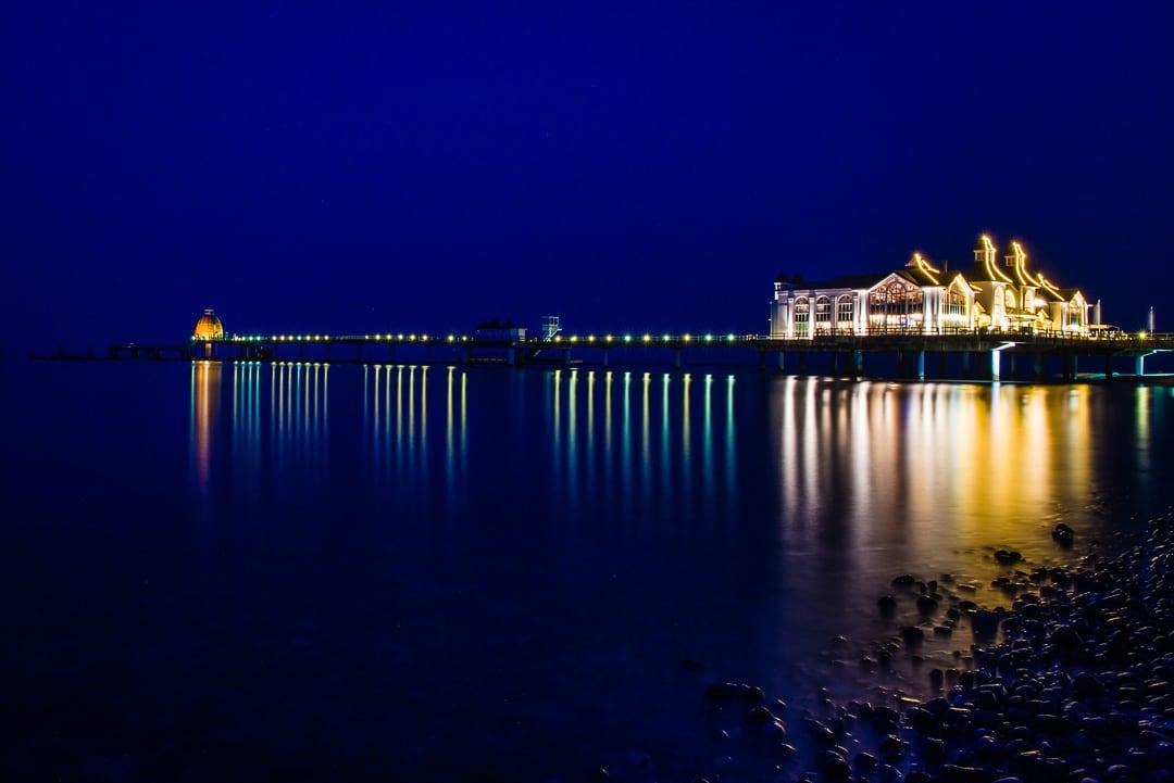 Blick auf die Seebrücke in Sellin auf Rügen - Nachtaufnahme, (Foto copyright - Frank Weber - Berlin - fotologbuch.de)