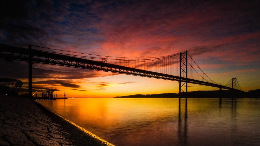 Lissabon - Ponte 25 de Abril im Sonnenaufgang, (Foto copyright - Frank Weber - Berlin - fotologbuch.de)