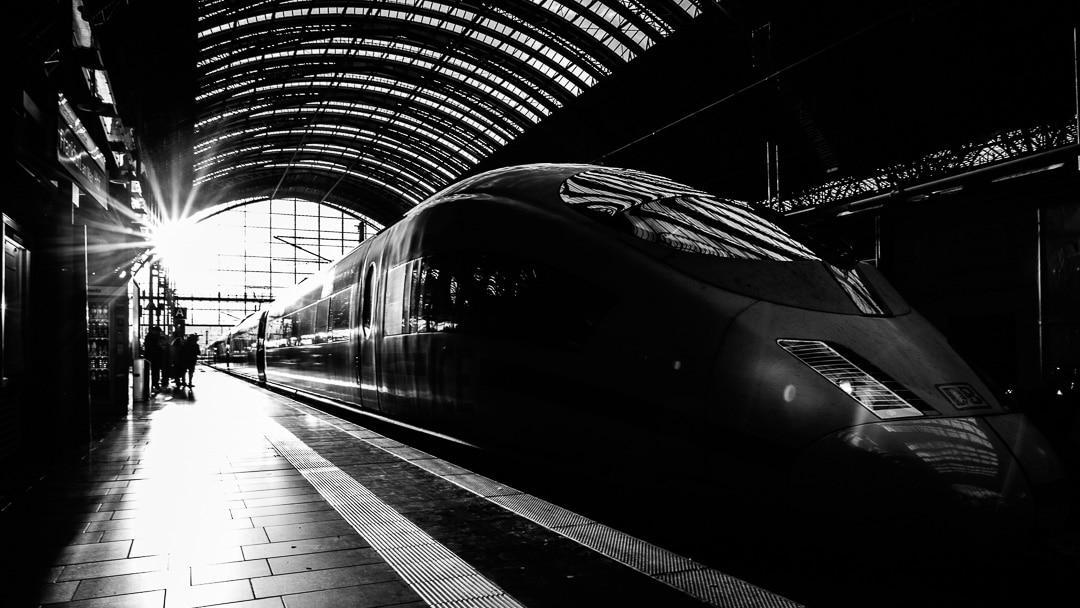 Impressionen auf dem Bahnhof Frankfurt am Main, (Foto copyright - Frank Weber - Berlin - fotologbuch.de)