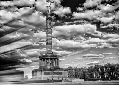 Die Siegessäule in Berlin am Großen Stern on Tour – Langzeitbelichtung in schwarzweiß