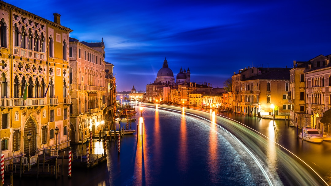 Leuchtspuren auf dem Canal Grande in Venedig zur Blauen Stunde, (Foto copyright - Frank Weber - Berlin - fotologbuch.de)