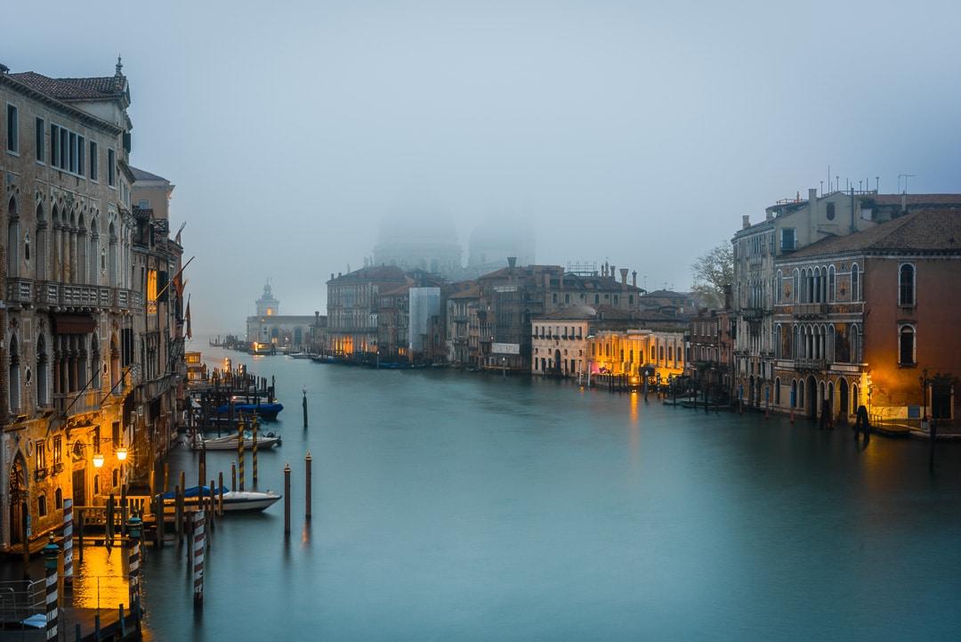 Der Canal Grande in Venedig im Morgennebel, (Foto copyright - Frank Weber - Berlin - fotologbuch.de)