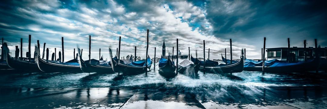 Venedig - Gondeln in den Wellen - Langzeitbelichtung