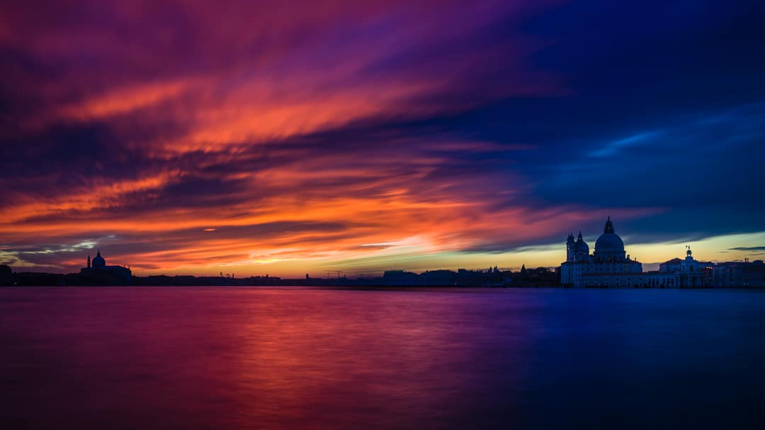 Sonnenuntergang in Venedig mit Abendrot und Blick auf die Basilica di Santa Maria della Salute, (Foto copyright - Frank Weber - Berlin - fotologbuch.de)