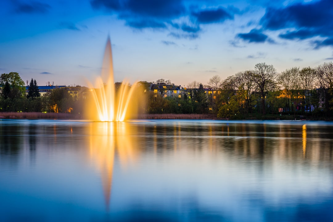Stralsund - Springbrunnen auf dem Knieperteich zur Blauen Stunde, (Foto copyright - Frank Weber - Berlin - fotologbuch.de)