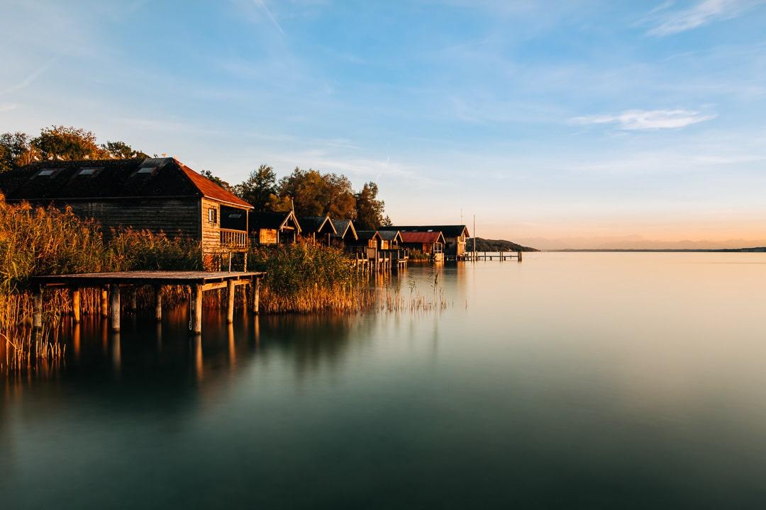Sonnenuntergang am Starnberger See – Die Badehäuser im Licht der golden Stunde