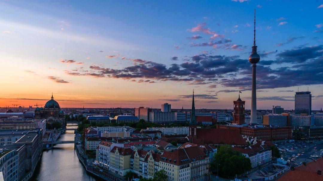 Sonnenuntergang in  Berlin als Zeitraffervideo – Blick auf den Berliner Dom und den Fernsehturm