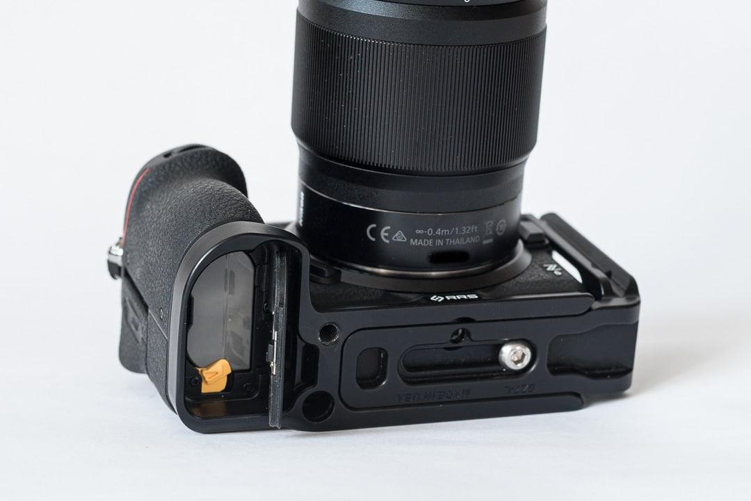 Really Right Stuff BZ7-L L-Winkel für Nikon Z6& Z7, Batteriefach geöffnet, Test, (Foto copyright - Frank Weber - Berlin - fotologbuch.de)