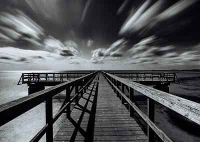 Seebrücke Habo Ljung Camping – Lomma / Schweden – Langzeitbelichtung in schwarzweiß – Foto mit Hinweisen zur Entstehung