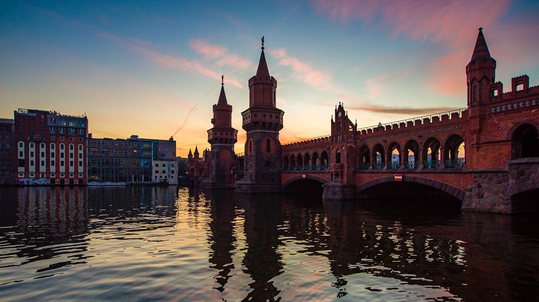 Zeitraffer abends an der Oberbaumbrücke in Berlin
