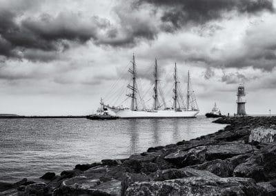 Einfahrt des Großseglers Sedov in Warnemünde – Foto in schwarzweiß