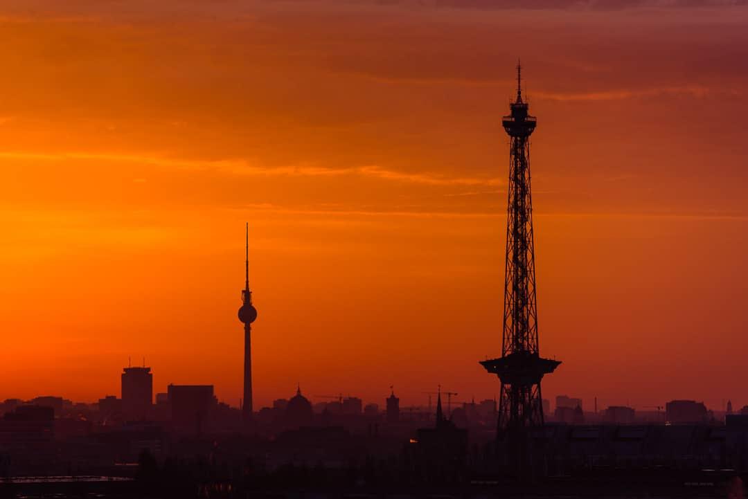 Skyline von Berlin bei Sonnenaufgang - Die zwei Türme, (Foto copyright - Frank Weber - Berlin - fotologbuch.de)