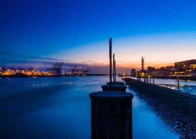 Blick auf den Hamburger Hafen und die Norderelbe zur Blauen Stunde