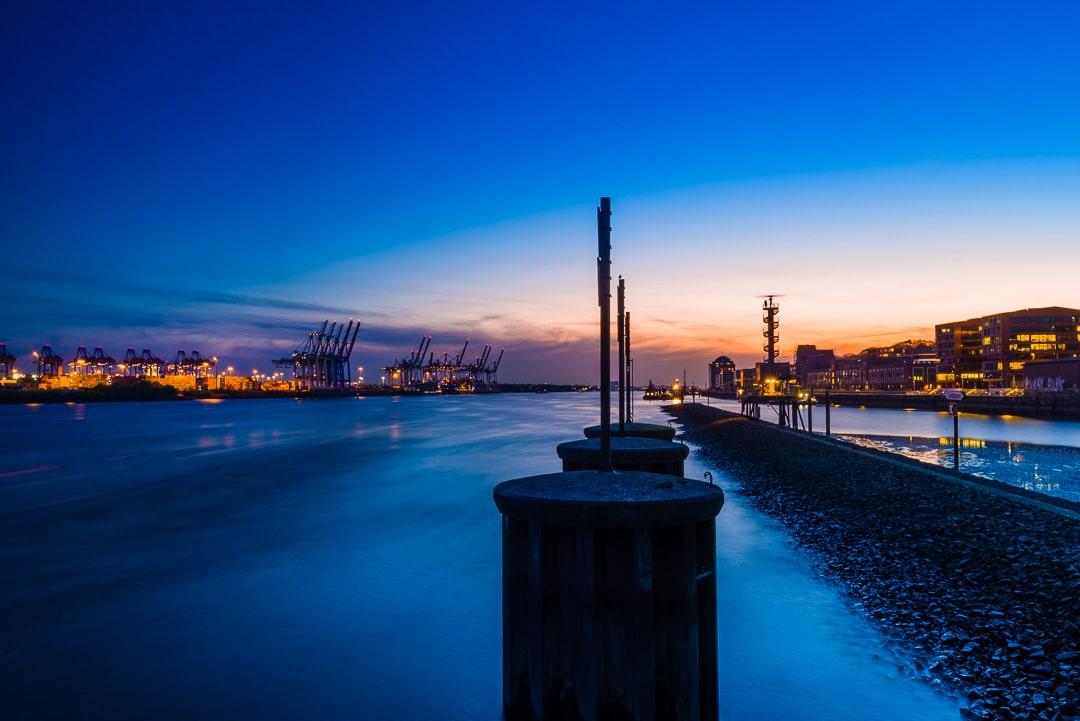 Blick auf den Hamburger Hafen und die Norderelbe zur Blauen Stunde, (Foto copyright - Frank Weber - Berlin - fotologbuch.de)