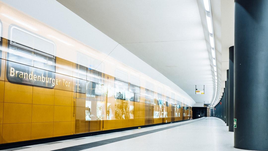 Berlin - U-Bahn Station Brandenburger Tor - Langzeitbelichtung, (Foto copyright - Frank Weber - Berlin - fotologbuch.de)