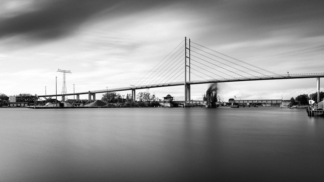 Blick auf die Rügendammbrücke und die geöffnete Ziegelgrabenbrücke - Langzeitbelichtung, (Foto copyright - Frank Weber - Berlin - fotologbuch.de)