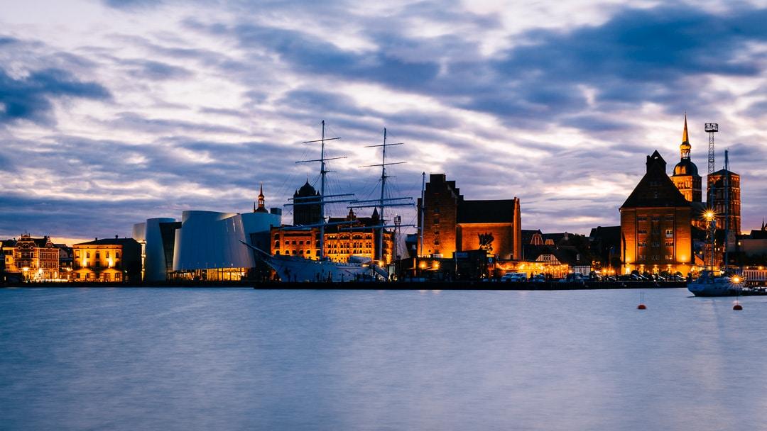 Sonnenuntergang in Stralsund - Blick auf die Hafengebäude, (Foto copyright - Frank Weber - Berlin - fotologbuch.de)
