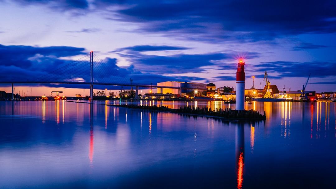 Blaue Stunde im Hafen von Stralsund, (Foto copyright - Frank Weber - Berlin - fotologbuch.de)