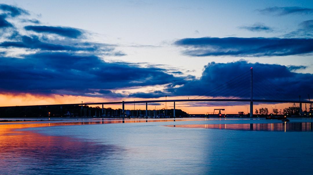 Sonnenaufgang im Hafen von Stralsund mit Blick auf die Rügendammbrücke, (Foto copyright - Frank Weber - Berlin - fotologbuch.de)