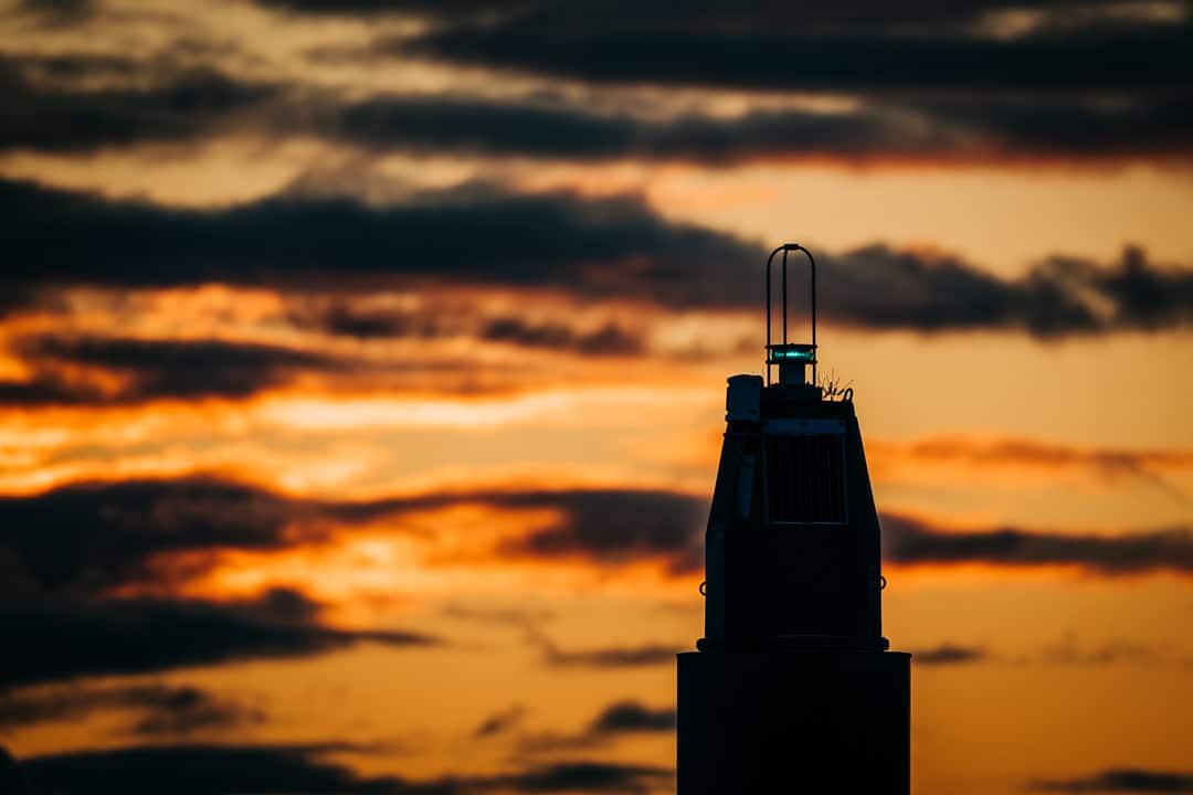 Leuchtfeuer im Hafen von Stralsund im Sonnenaufgang, (Foto copyright - Frank Weber - Berlin - fotologbuch.de)