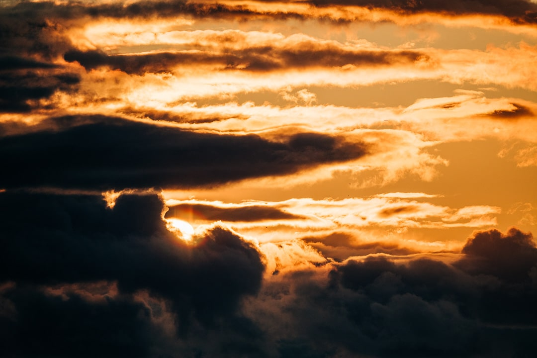 Die Sonne zum Sonnenaufgang noch in den Wolken versteckt, (Foto copyright - Frank Weber - Berlin - fotologbuch.de)