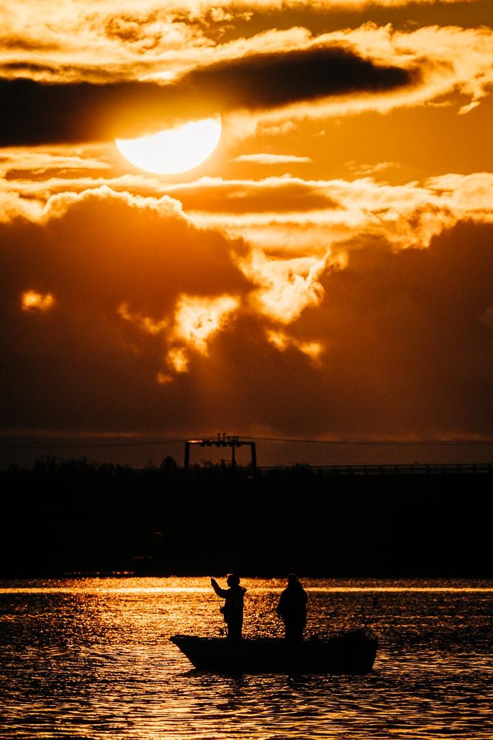 Angler auf dem Stralsund im Sonnenaufgang, (Foto copyright - Frank Weber - Berlin - fotologbuch.de)