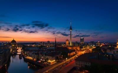 Berlin Blick auf den Fernsehturm und die Umgebung zur Blauen Stunde, (Foto copyright - Frank Weber - Berlin - fotologbuch.de)