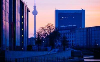 Sonnenaufgang in Berlin am Spreebogen, (Foto copyright - Frank Weber - Berlin - fotologbuch.de)