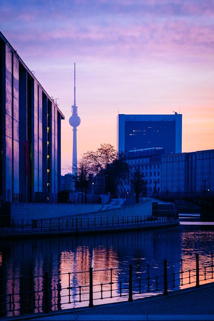 Sonnenaufgang in Berlin am Spreebogen