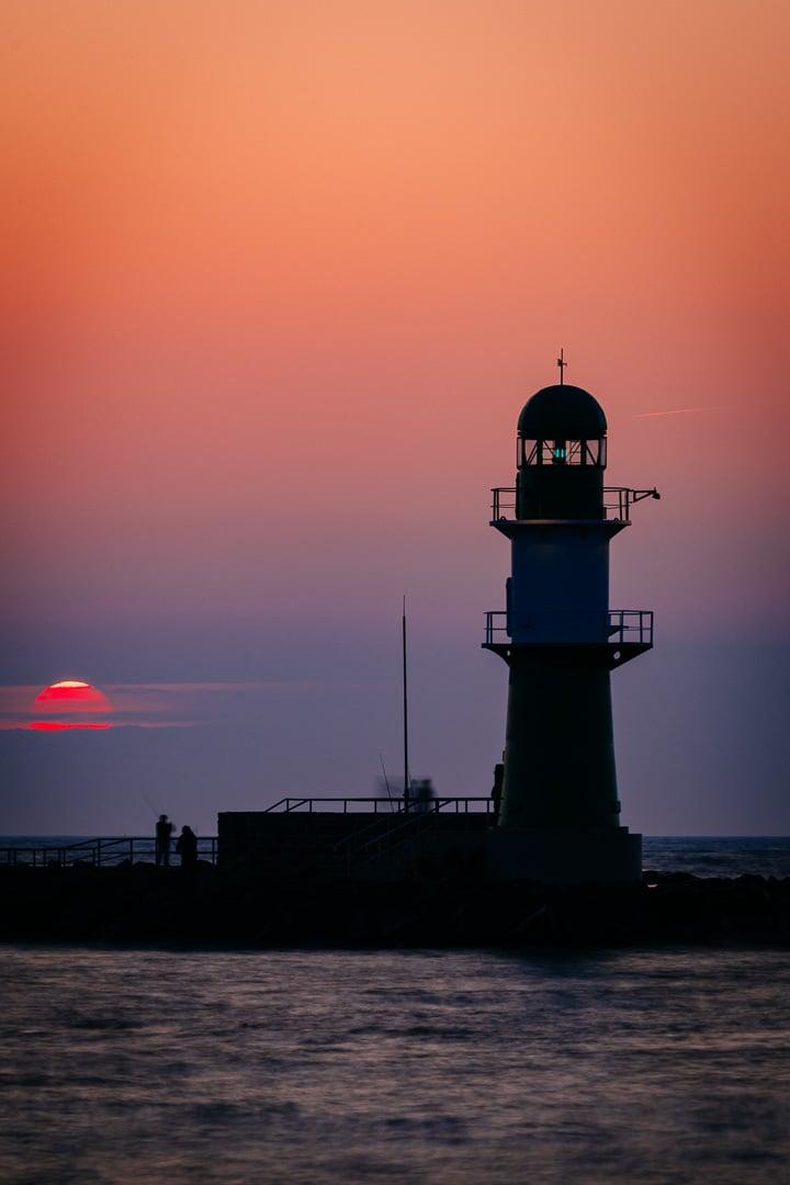 Sonnenuntergang in Warnemünde - Blick auf das Westfeuer, (Foto copyright - Frank Weber - Berlin - fotologbuch.de)
