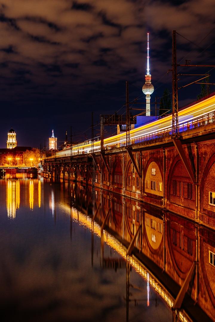 Abends am S-Bahnhof Jannowitzbrücke - Langzeitbelichtung, (Foto copyright - Frank Weber - Berlin - fotologbuch.de)
