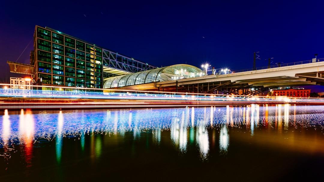 Berlin Hauptbahnhof – Nachtfoto mit Lichtspuren im Humboldthafen