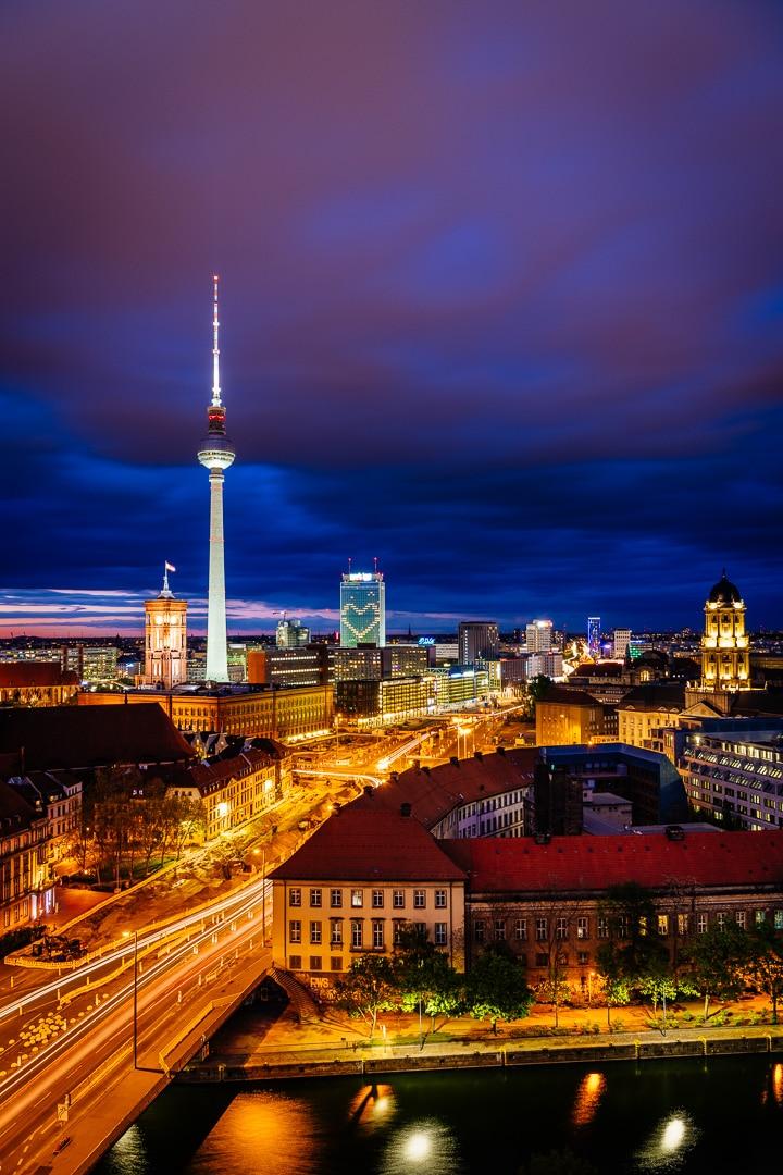 Berlin Skyline City Ost zur Blauen Stunde, (Foto copyright - Frank Weber - Berlin - fotologbuch.de)