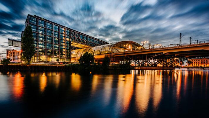 Berlin Hauptbahnhof - Langzeitbelichtung zur Blauen Stunde, (Foto copyright - Frank Weber - Berlin - fotologbuch.de)