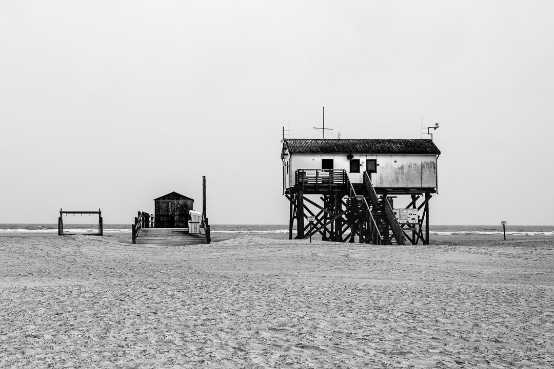 Pfahlbauten am Strand von Sankt Peter-Ording, (Foto copyright - Frank Weber - Berlin - fotologbuch.de)