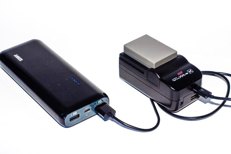 OM-D Akku Laden über Mini-USB externer Akku, (Foto copyright - Frank Weber - Berlin - fotologbuch.de)