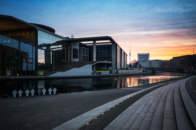 Sonnenaufgang in Berlin am Spreeufer - Regierungsviertel, (Foto copyright - Frank Weber - Berlin - fotologbuch.de)