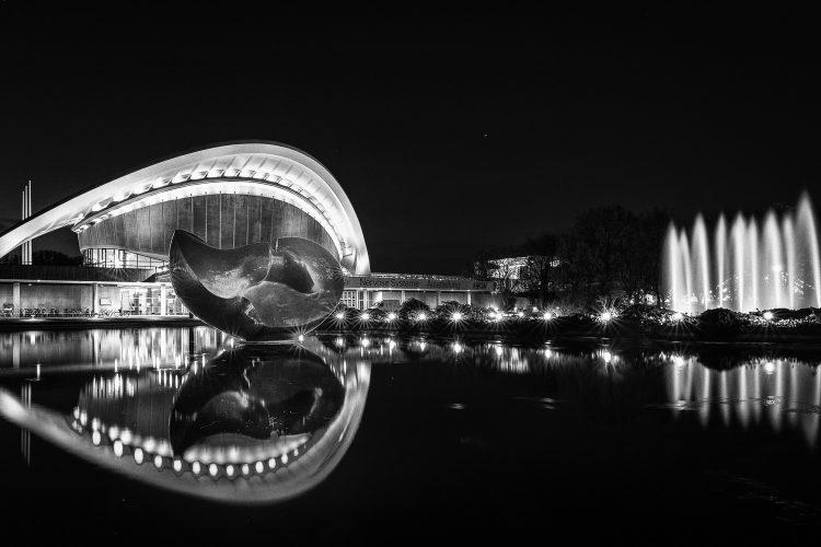 Nachtfotos an dem Haus der Kulturen in Berlin (Schwangere Auster), (Foto copyright - Frank Weber - Berlin - fotologbuch.de)