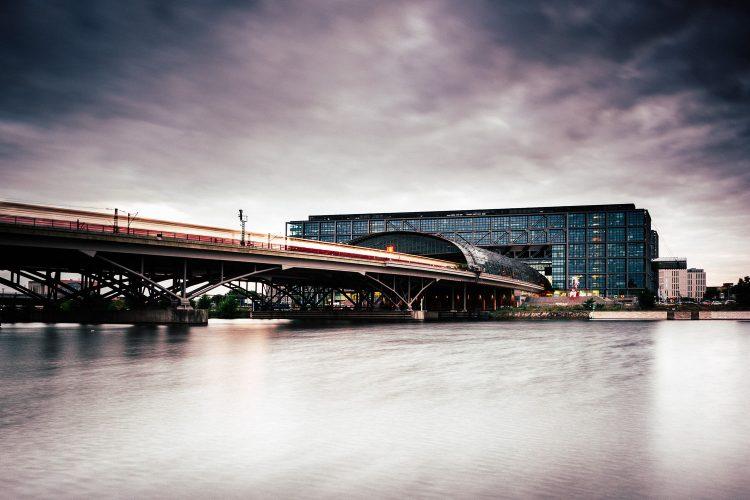 Hauptbahnhof in Berlin - Langzeitbelichtung, (Foto copyright - Frank Weber - Berlin - fotologbuch.de)