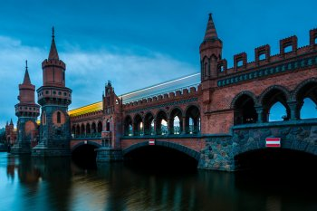 Berlin - Oberbaumbrücke zur Blauen Stunde mit U-Bahn, (Foto copyright - Frank Weber - Berlin - fotologbuch.de)