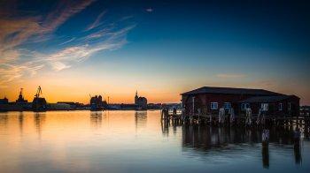 Sonnenuntergang - Blick auf die Stralsunder Skyline vom Dänholm aus, (Foto copyright - Frank Weber - Berlin - fotologbuch.de)